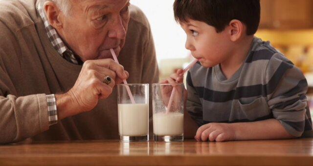 в якому віці не можна пити молоко