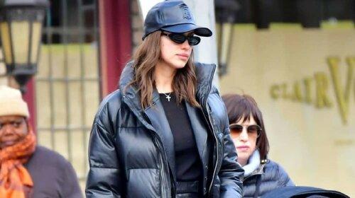 Ірина Шейк в чорних шкіряних штанях, пуховику і білих чоботях прогулялася з дочкою у Нью-Йорку