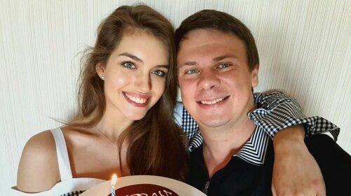 """22-річну дружину Дмитра Комарова запідозрили у вагітності: """"Міс Україна"""" з'явилася на заході в просторому одязі (фото)"""