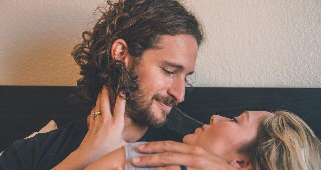 Сколько процентов мужчин помнят дату первой близости: в Украине провели интересный опрос