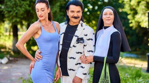 """В белом костюме и хитом """"Вуса-бренд"""": Павел Зибров устроил яркое шоу для пассажиров электрички"""