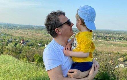 Осадчій дуже пощастило з чоловіком: Юрій Горбунов міцно тримає сина за руку, не відпускаючи – картинка з життя