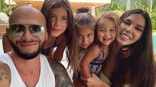 Джигана не хватает: Оксана Самойлова облачилась с дочками в одинаковые костюмы небесного цвета