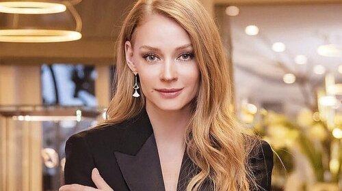 Уже не беременная Светлана Ходченкова появилась в мини-платье на вручении премии без живота (ФОТО)
