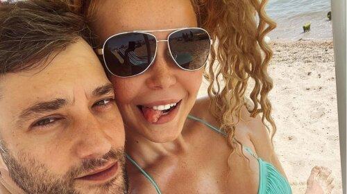 Утопая в объятиях любимого: Гросу показала пикантные пляжные фото с Романом Полянским