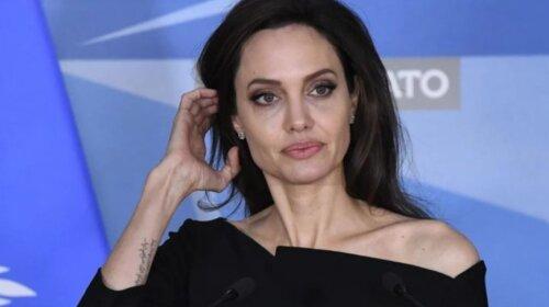 СМИ: от Анджелины Джоли сбегает дочь