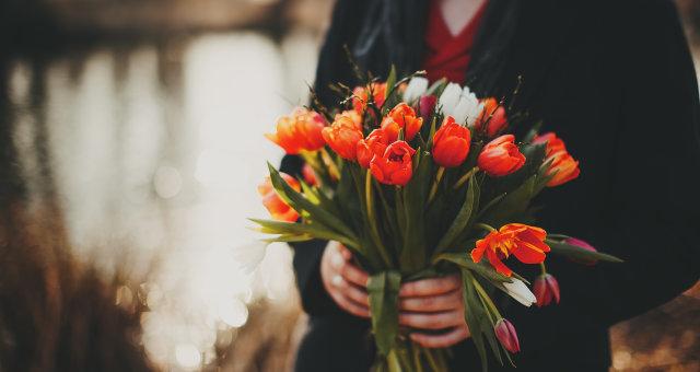 Bouquets_Tulips_Hands_507966