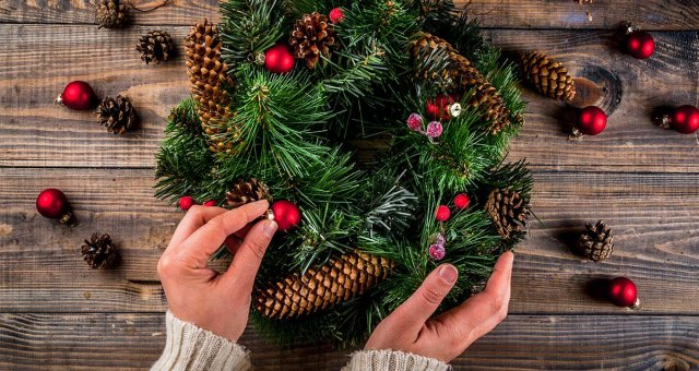 Christmas-Wreath-Decorating