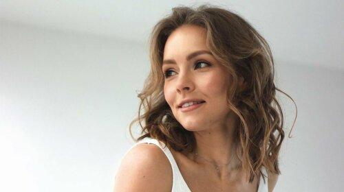 Обрізала волосся і завила кучері: Олена Шоптенко захопила квітучим виглядом