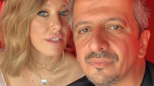 «В циганській сорочці»: Богомолов розсмішив своїм костюмом на весілля Собчак