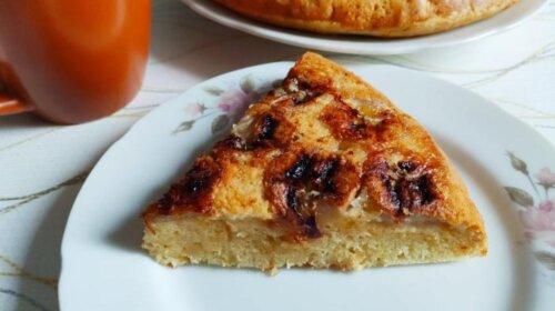 Духовка не нужна: быстрый рецепт бананового пирога, в тесто которого добавляется всего 1 яйцо