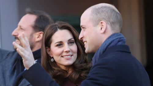 Елегантна Кейт Міддлтон і щасливий принц Вільям відвели принца Джорджа і принцесу в Шарлотту школи (відео)