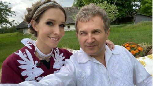 """""""Моя улюблена"""": Горбунов в розкішній білій вишиванці зачарував затишним святковим фото з Осадчою"""