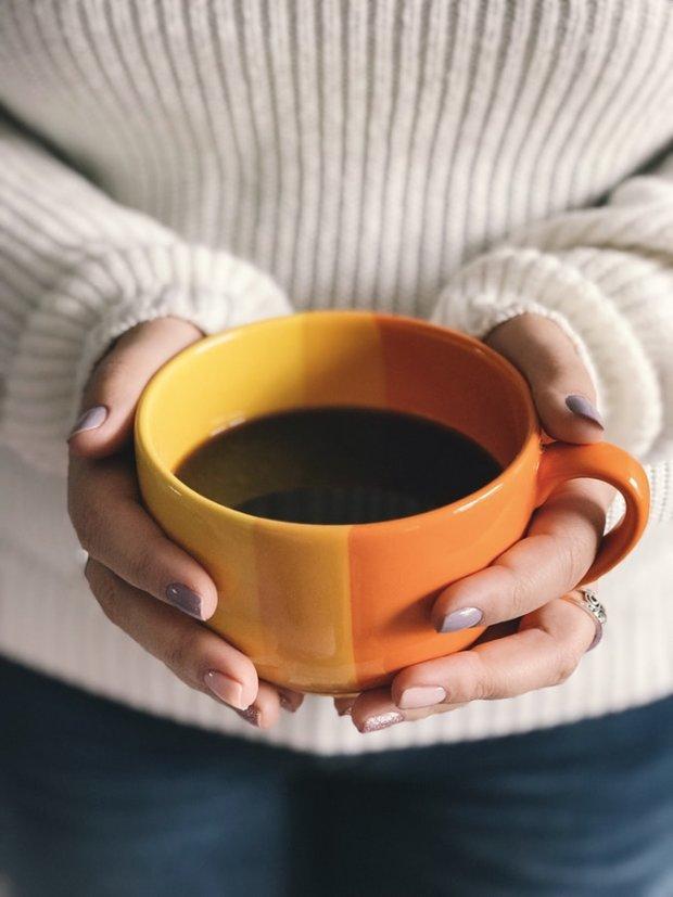 Поздравление подруге, картинка с чашкой кофе в руках