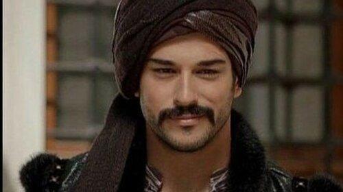 """Тепер зрозуміло, чому такий гарний: турецький актор Бурак Озчівіт показао рідкісне фото з матір'ю « """"схожа на Фахріе Евджен"""" (ФОТО)"""