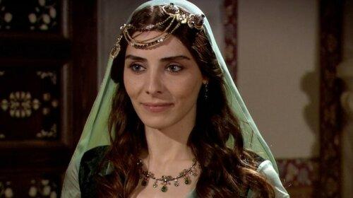Нур Феттахоглу, актриса, фото в боди, реакция в Сети