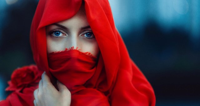 Girls_The_girl_in_a_red_cape_covering_her_face_107357_