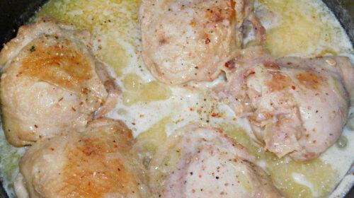 В чем маринуешь, в том и запекаешь: быстрый рецепт нежной курочки – мясо так и тает во рту