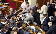 Сеть рассмешил депутат Верховной Рады, который пытался спрятать свой телефон (фото и видео)
