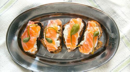 Закуска, маринованный лосось, брускетта