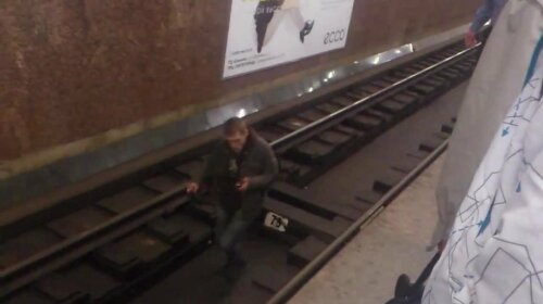 В Киеве мужчина разделся и спрыгнул на рельсы в метро