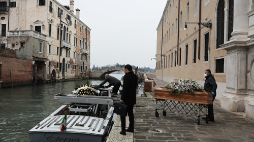 Люди умирают в одиночестве и в больничных робах: в Италии не успевают хоронить погибших от COVID-19