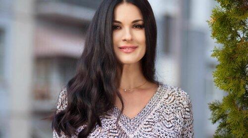 В элегантной шляпе и белой блузке: Маша Ефросинина впечатлила стильным луком (фото)