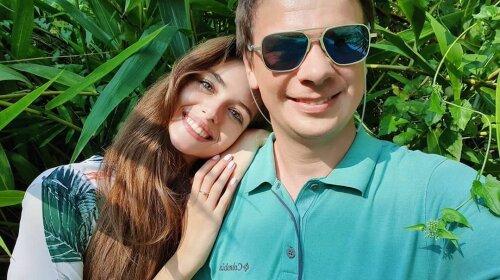 """Молода дружина Комарова засвітила принади в сукні з глибоким декольте: """"красиві зірочки"""""""