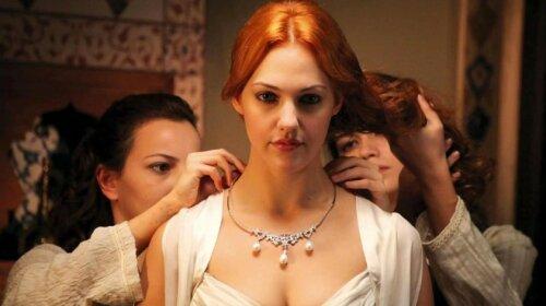 """У брючному костюмі і білій мереживній блузці: Мер'єм Узерлі з """"Величного століття"""" з лапочкою-донькою підірвала турецькі соцмережі"""