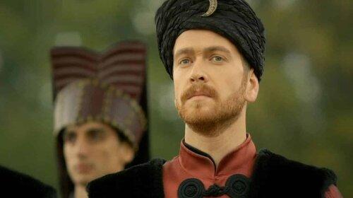 """Время над ним неподвластно: как сейчас выглядит турецкий актер, сыгравший сына-наследника султана Сулеймана в сериале """"Великолепный век"""""""