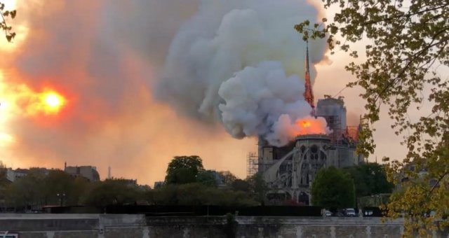 Пожар в соборе Нотр-Дам-де-Пари