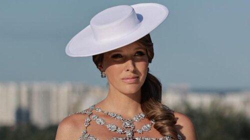 Катя Осадчая в белом платье-балахоне провела грандиозный  концерт – со сцены прямо в роддом (фото)