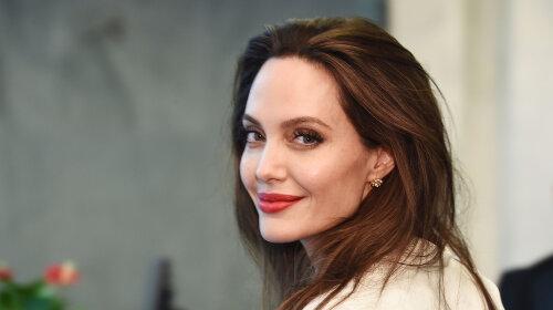 Анджелину Джоли