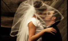 Жінка одягла на весілля сукню, яка важила 63 кілограми (ФОТО)