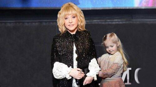 Лиза Галкина в пышном платье в цветочек затмила звездную мать: Пугачева учит дочку петь
