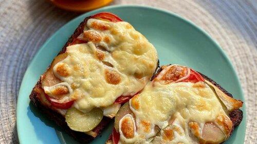 Полезный завтрак: хрустящий и очень вкусный горячий бутерброд