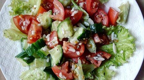 Побережи печінку та нирки: медики розповіли, як салат з огірків і помідорів може нашкодити організму