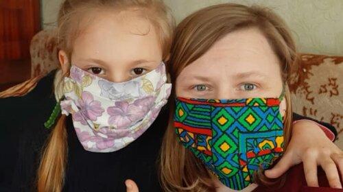 Добро врятує світ: 11-річна українка шиє маски і дарує людям