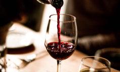 Медики рассказали, можно ли беременным выпить бокал вина по праздникам