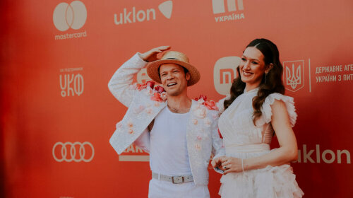 В пиджаке с розами и соломенной шляпе: Феликс Шиндер обескуражил свадебным нарядом на красной дорожке Одесского кинофестиваля