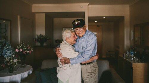 Ветеран після 70 років розлуки розшукав свою кохану: зворушливі кадри довгоочікуваної зустрічі