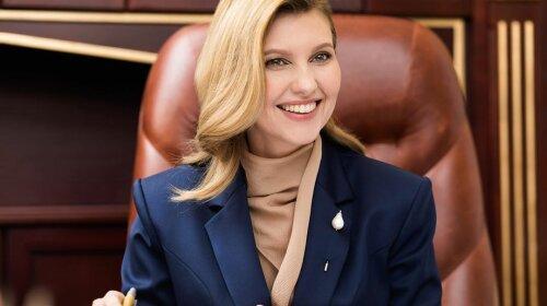 В старой блузе карамельного цвета: Елена Зеленская повторила свой образ на встрече с послом Австрии