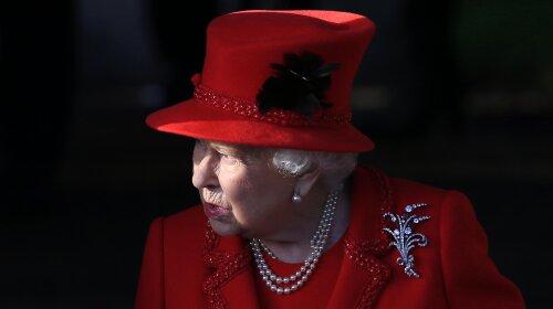 В красном пальто и шляпе: королева Елизавета II восхитила ярким нарядом на  рождественской службе