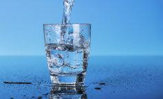 Лікарі розвінчали поширений міф про воду з лимоном