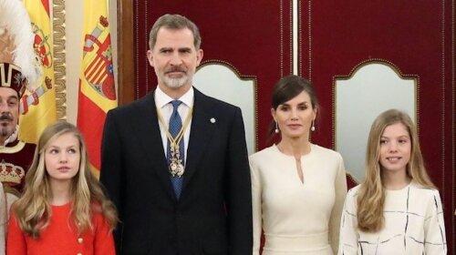 Ідеальний сімейний вихід: королева Летиція в чорно-білому образі вийшла в світ разом з чоловіком та доньками