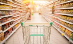 Содержат микробы и плесень: медики рассказали, почему не стоит есть магазинные салаты
