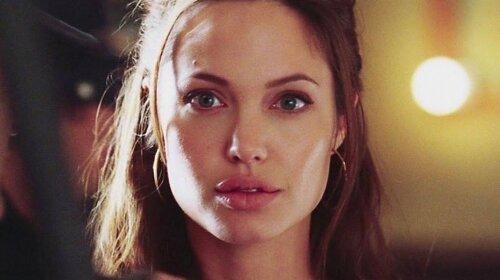 Едва прикрыла пикантное место: в Сети показали кадры с еще юной Анджелиной Джоли - «Это вечная красота»