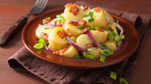 Простой салат из картошки с беконом и оливками: вкуснейшая закуска для праздника