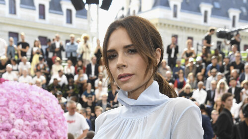 Очей не відірвати: елегантна Вікторія Бекхем з'явилася на модному показі в Парижі