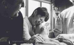 Сила материнства: 10 фото, на которых мамы поддерживают дочерей
